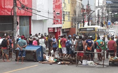 Trabalhadores protestam após homem ser agredido e detido pela Guarda Civil de Salvador