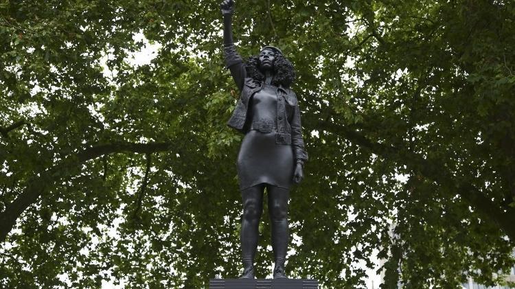 """A escultura de Jen Reid: """"Deus é uma mulher preta"""""""