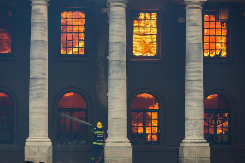 Incêndio na Biblioteca Jagger em Cidade do Cabo destrói acervo de obras africanas único no mundo