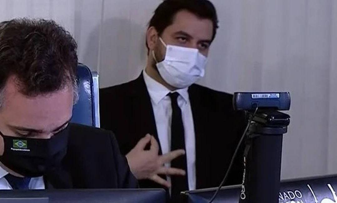 MPF denuncia Filipe Martins, assessor de Bolsonaro, por gesto racista em audiência no Senado