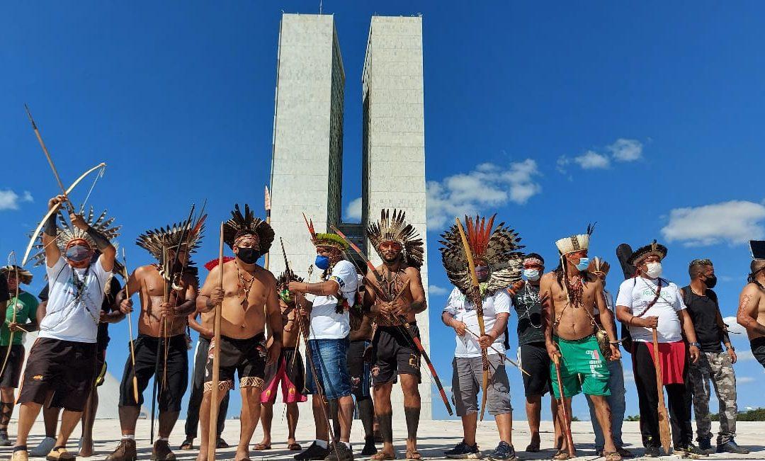 Lideranças indígenas protestam contra projeto que permite a exploração predatória das terras indígenas